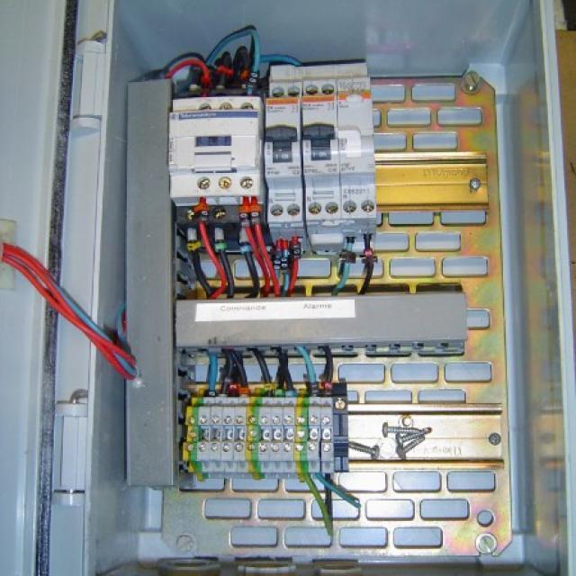 Réalisation d'un coffret électrique pour un report d'alarme pour une industrie